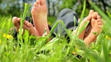 Feet and legs child, Baby's feet in the grass — Stock Video