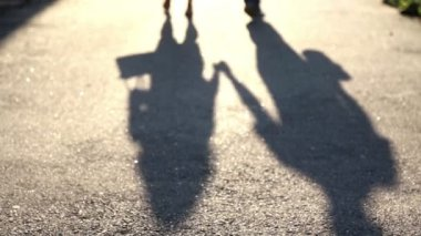 Shadow of a young couple in love on the pavement. Silhouette of two people — Stock Video
