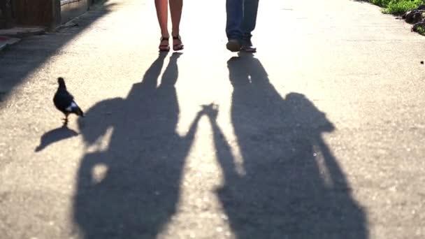 Sombra de una joven pareja de enamorados en el pavimento. silueta de dos personas — Vídeo de stock