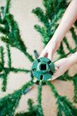 Hur man kan forma en artificiell julgran — Stockfoto