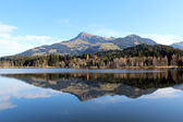 Blick auf See und Berge am Schwarzsee Kitzbühel mit Alpenpanorama — Stock Photo