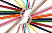 Карандаши цветные на белом фоне — Стоковое фото