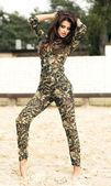 Modische brünette lady posiert — Stockfoto