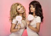 Dos chicas guapas posando — Foto de Stock