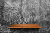 Wood shelf on cement wall — Stockfoto
