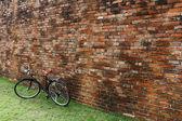 Fiets en bakstenen muur — Stockfoto