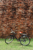 Vintage bicycle and brick wall — Foto de Stock