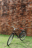 Vintage bicycle and brick wall — Stockfoto
