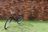 Vintage bicycle and brick wall — Stockfoto