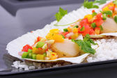 Seared scallops with tropical salsa — Stock Photo