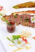 Beefsteak decorated with edible flowers — Foto de Stock