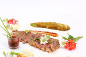 Beefsteak decorated with edible flowers — Стоковое фото