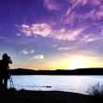 silueta fotografa s jeho zařízením při západu slunce — Stock fotografie #47950667