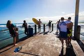 Surf surfers foules pier saut — Photo
