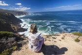 Hiker Rocky Coastline Blue Ocean — Stock Photo