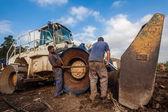Reparos do mecânico de máquina escavadora — Fotografia Stock