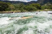 独木舟破碎岩石河急流 — 图库照片