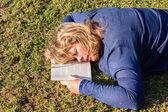 Vrouw boek slaap NAP-gras — Stockfoto