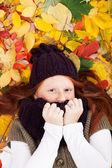 Garota sardenta em folhas — Fotografia Stock