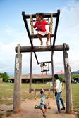 Bambini alpinista giocando un'ala al pai, mae hong sorn, Thailandia — Foto Stock