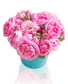 Pink tea roses bouquet in vase isolated. — Zdjęcie stockowe
