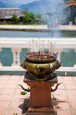 L'encens dans le temple bouddhiste — Photo