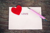 Envelope and pen with heart. — 图库照片