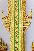 Oro del rey cabeza de nagas en templo budista tailandés arte. — Foto de Stock