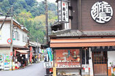 Street view of Local Shopping arcade in front of Hasedera temple, the famous temple in Nara, Japan — Stockfoto