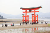 Giant Torii during low tide near Itsukushima shinto shrine — Stock Photo