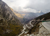 Road between the mountains in Tibet — Stock Photo