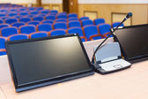 Trybuny w sali konferencyjnej — Zdjęcie stockowe