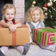 Little girls with Christmas gifts — Stockfoto