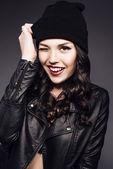 Siyah şapkalı genç gülümseyen güzel kız portresi — Stok fotoğraf