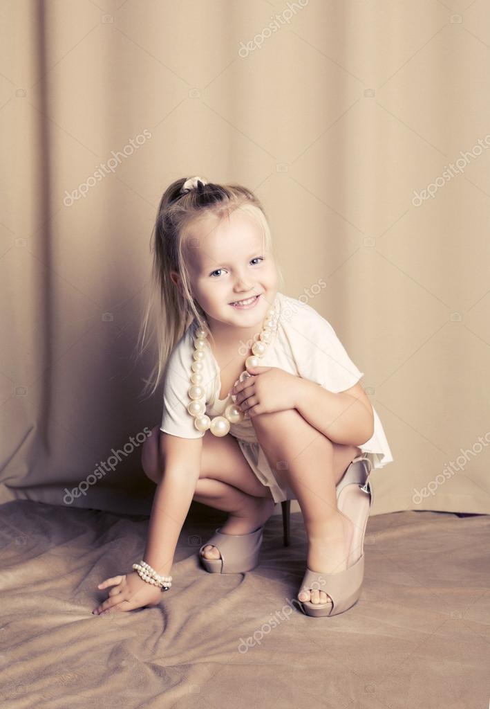 маленькая девочка позирует