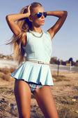 Donna bionda sexy in occhiali da sole blu abito e aviatore — Foto Stock