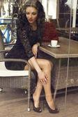Schöne brünette sitzt in stadt-café mit kaffee — Stockfoto