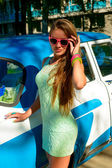 Fille sur un fond de voiture rétro — Photo