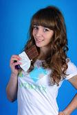 Kız mavi bir arka plan üzerinde — Stok fotoğraf