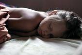Niña está durmiendo en su cama — Foto de Stock