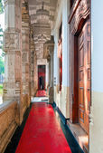 The colonnaded pathway of Temple of the Tooth in Kandy, Sri Lanka. — Foto de Stock