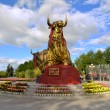 Golden Tibetan yak statue in Lhasa, Tibet — Stock Photo