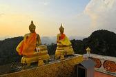 Budas assistindo o pôr do sol no templo montês — Fotografia Stock