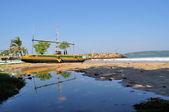 Traditional Sri Lankan fisher boat in flag colors — Stockfoto