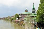 Mosques at Jahelum river in Srinagar, Kashmir — Stock Photo