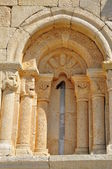 Romanische Fenster. San Pantaleon de Losa. Burgos. Spanien. — Stockfoto