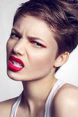 Retrato de la hermosa chica con labios rojos. — Foto de Stock