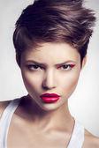 Portrait de la belle fille avec les lèvres rouges. — Photo