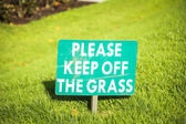 Green Keep Off The Grass Sign — Stockfoto