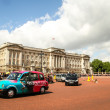 Taxi at Buckingham Palace, London. — Stock Photo #39552245
